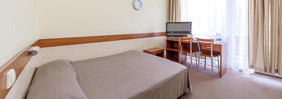 Dvivietis kambarys su plačia lova